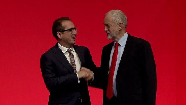 Owen Smith felicita a Jeremy Corbyn
