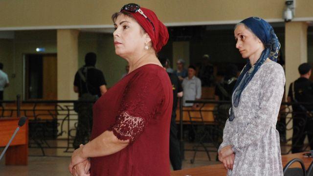 Сестра убитого на допросе мужчины Патимат Юсупова и Марем Долиева