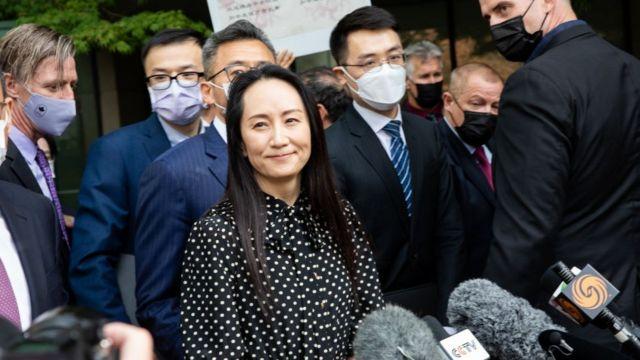 9月24日,孟晚舟获释离开温哥华住宅时面带笑容。