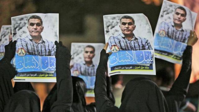 متظاهرات يحملن صورة رجب