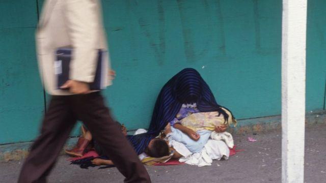 Una mujer con un niño en una calle