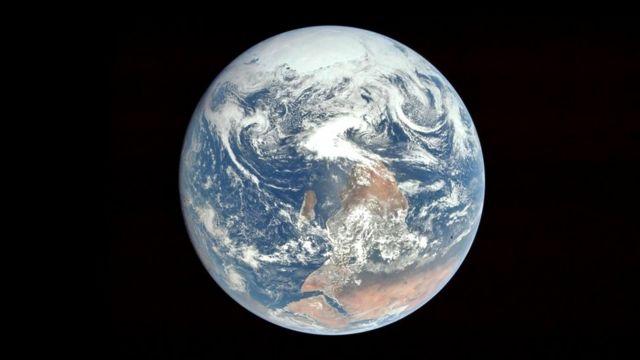 Знаменитый снимок Земли был сделан именно в этой проекции, но перевернут перед публикацией