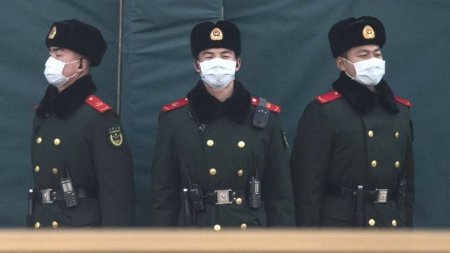 Policías chinos con máscaras
