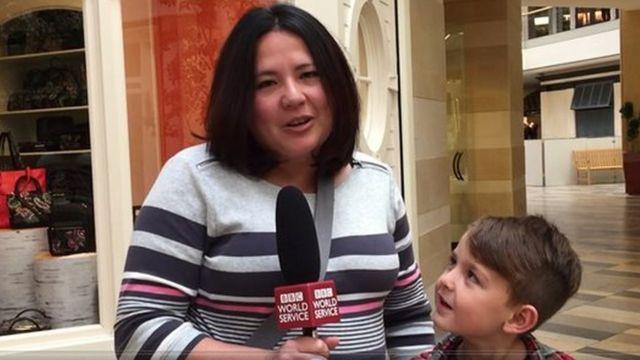 লোরি, পাশে তার ছেলে - এরা থাকেন পেরিসবার্গে
