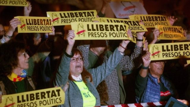 Independence supporters protest against the judge order on Catalan leaders to be held in custody in jail pending trial on November 2, 2017 in Barcelona