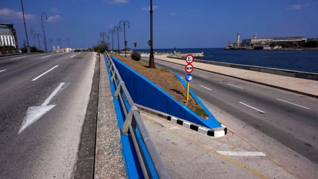 Autopista vacía de La Habana