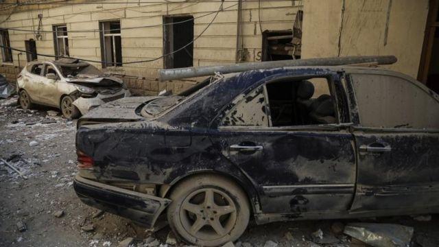 Gence, Azerbaycan'da hasarlı bir araba.