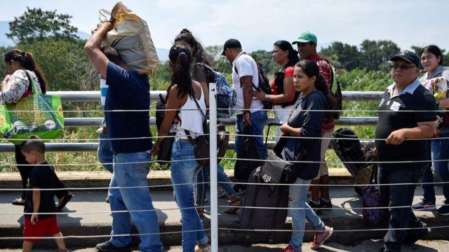 Venezolanos cruzando la frontera entre Venezuela y Colombia