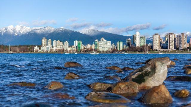Edificios en Vancouver a la orilla del mar
