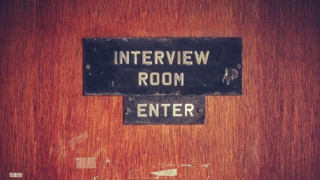 Cartel en una puerta señalando que es una habitación de entrevistas.