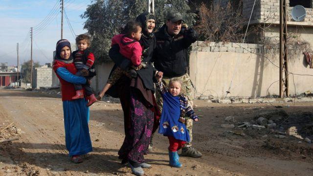 صورة مدنيين يفرون من القتال