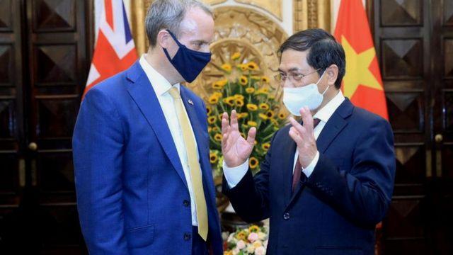 Bộ trưởng Ngoại giao Bùi Thanh Sơn và Ngoại trưởng Anh Dominic Raab.