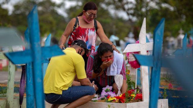 Varias personas en un cementerio en Manaos