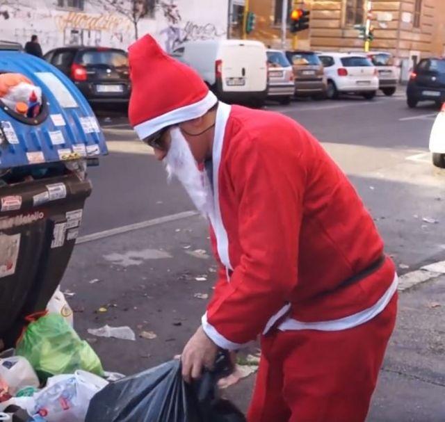 Noel Baba kılığındaki protestocu