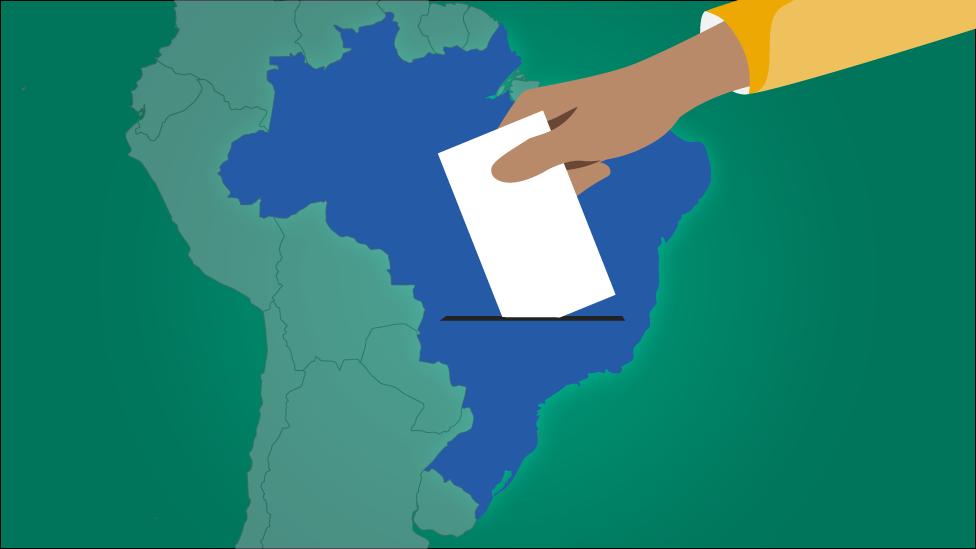 Ilustração mostra uma mão votando - ao fundo, um mapa do Brasil