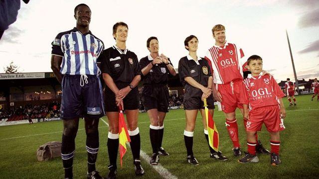 جاني فرامبتون في طاقم تحكيم نسائي بالكامل في مباراة للرجال عام 1999
