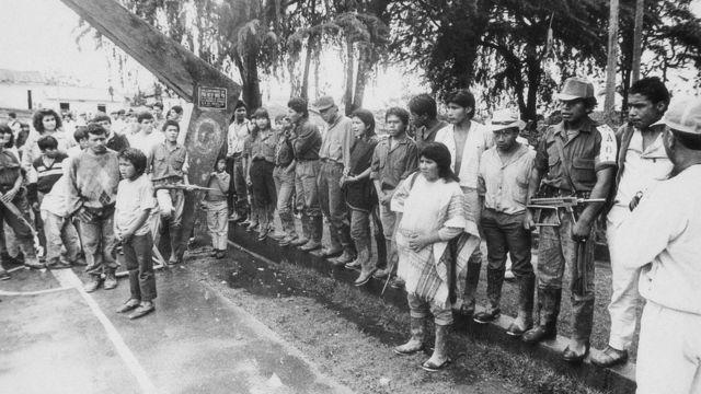 Algunos guerrilleros del Quintín Lame y lo que parecen miembros de la comjnidad.