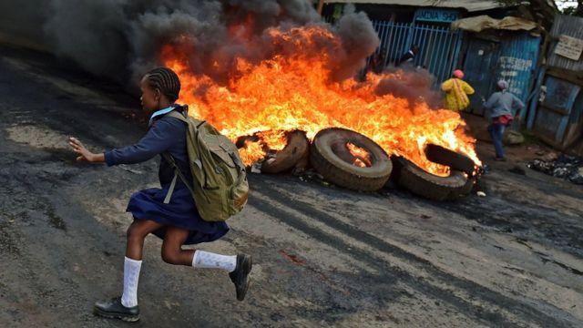 Abigaragambya basaba impinduka mu buryo amatora akorwa bahanganye na polisi mu gace ka Kibera mu murwa mukuru wa Kenya, Nairobi mu kwa Gatanu. Icyo gihe abanyeshuri bagizwego n'ingaruka z'ibikorwa by'imyigaragambyo.