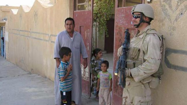 Иракская семья говорит с американским солдатом в Таль-Афаре, Ирак, сентябрь 2005 года