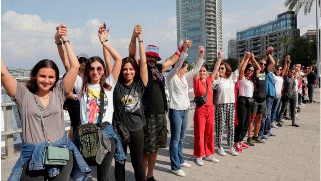 لبنانيون يمسكون أيدي بعضهم البعض