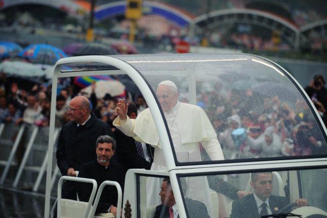 Papa Francisco desfilando no papamóvel e se despedindo dos fiéis na cidade brasileira de Aparecida, em 2013