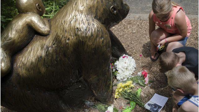 Frequentadores do zoológico de Cincinnati depositam flores em estátua de gorila