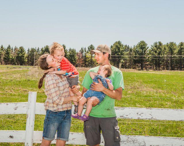La familia Johnson al aire libre frente a una verja