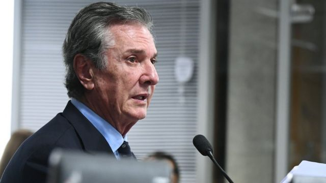 Fernando Collor fala no microfone em reunião de comissão do Senado