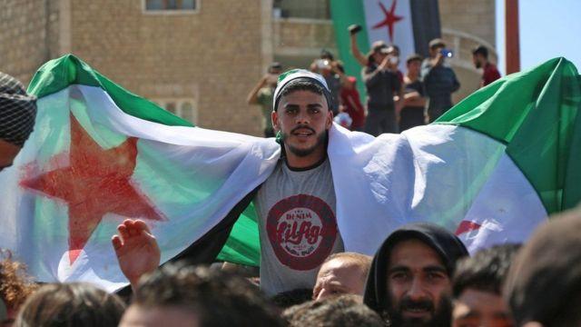 Qaar ka mid ah shacabka Idlib oo dibadbax dhigay