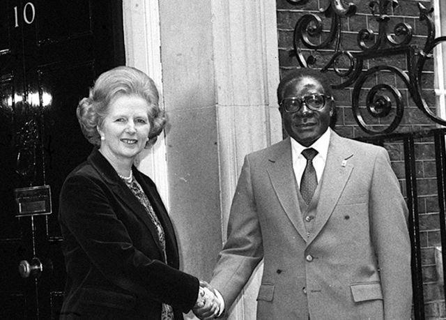 Margaret Thatcher na Robert Mugabe mwaka 1980