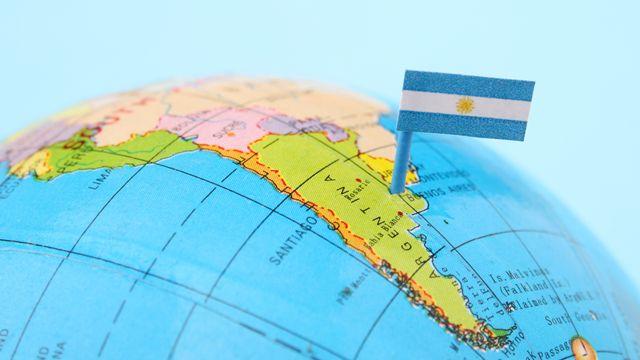 Globo terráqueo con un banderín de Argentina sobre la imagen del país