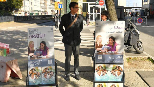 В Европе деятельность свидетелей Иеговы не запрещена: они раздают свои брошюры в разных странах. Нант, октябрь 2017