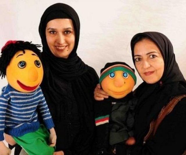 از راست: مرضیه محجوب (طراح عروسک کلاه قرمزی و پسرخاله)، پسرخاله، دنیا فنی زاده و کلاه قرمزی