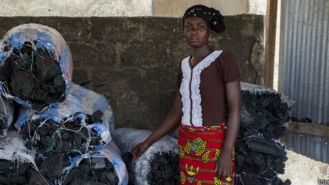 Une vendeuse de charbon au Burkina Faso, où l'économie est dominée par le secteur informel.
