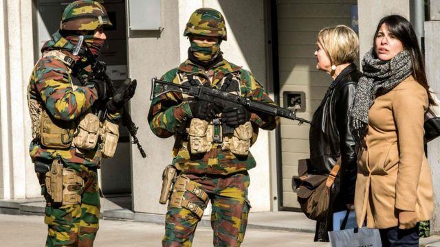 マルベック地下鉄駅近くの道路を封鎖する兵士たち(22日)