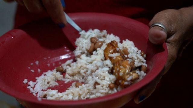 Refeição preparada com arroz, feijão carcaças e peles de frango comprados por Lindinalva