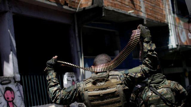 Agentes do BOPE exibem munição em operação na Rocinha