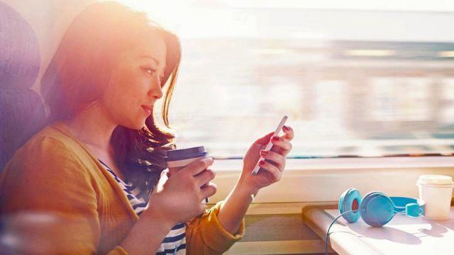 شابة تنظر في هاتفها الذكي