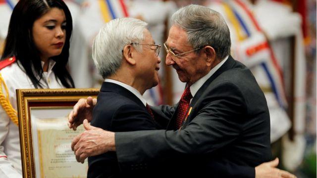 TBT Trọng và Chủ tịch Raul ôm hôn tại lễ trao Huân Chương Sao Vàng tại Cung Cách mạng hôm 29/3