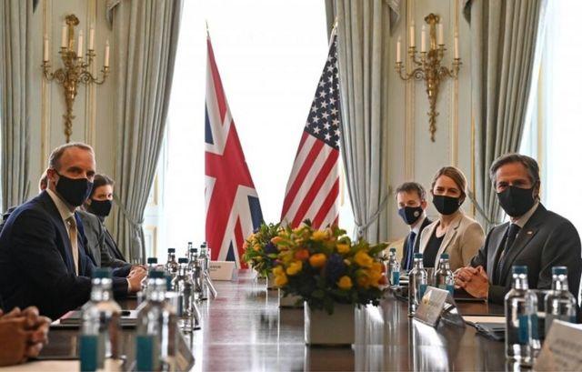 美国国务卿布林肯(右)与英国外交大臣拉布举行会晤