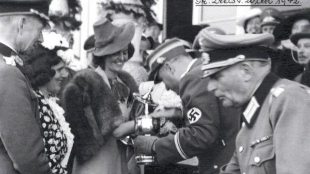 Tia Margit confraternizando com oficiais nazistas