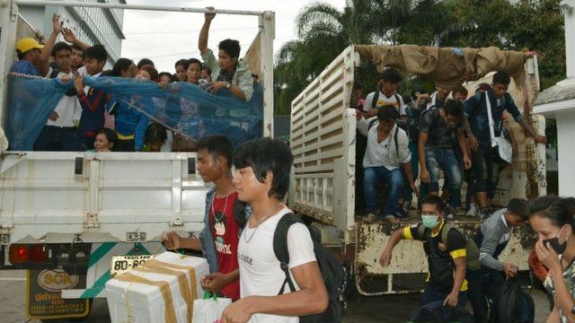 รถบรรทุกนำแรงงานต่างด้าวชาวพม่าเดินทางออกจากประเทศไทยที่อ.แม่สอด จ.ตาก