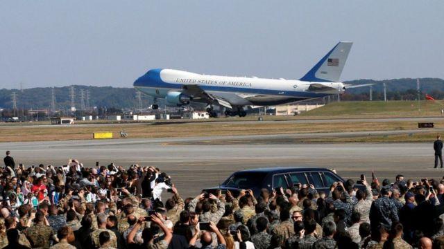 미국 도널드 트럼프 대통령이 탄 전용기가 일본 도쿄 인근 요코다 미군 기지에 착륙하고 있다.
