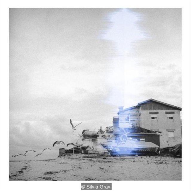 Foto en blanco y negro de una casa en la playa. Foto: Silvia Grav.