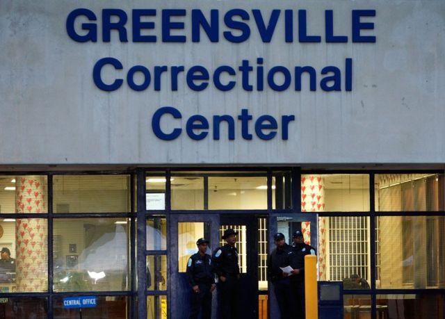 Свидетель казни и полицейские у ворот тюрьмы Гринсвилл