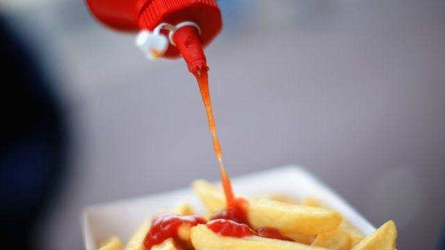 Una cucharada de kétchup tiene hasta 167 miligramos de sal, señalan los expertos.