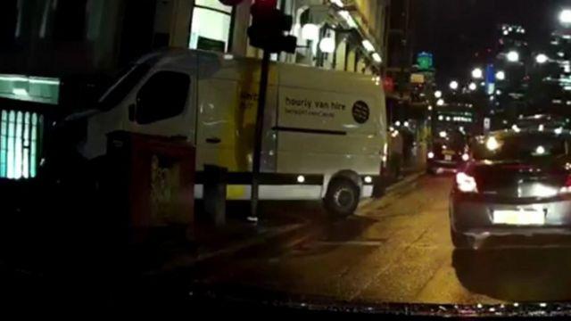 ロンドン橋の歩道に乗り上げた白いワゴン車