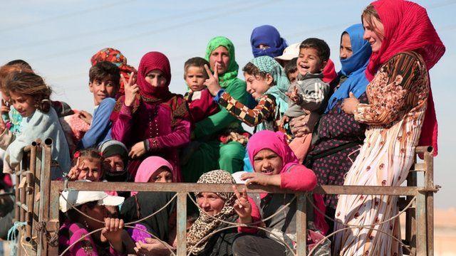 صورة للفارين من مناطق النزاع شمالي الرقة