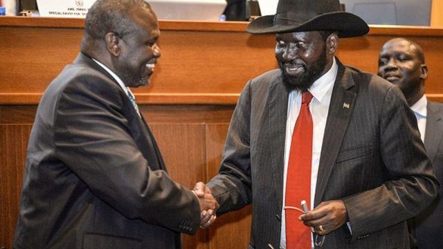 Après plusieurs mois d'intenses négociations le président Salva Kiir( chapeau) et son rival Riek Machar ont finalement accepté de former un gouvernement d'union nationale fin Février.