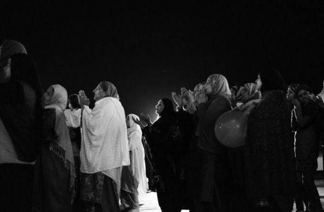 ڈل جھیل کے کنارے واقع حضرت بل درگاہ پر خواتین دعاؤں میں مشغول